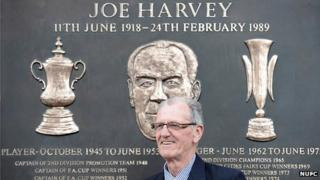 Ken Harvey unveils a plaque to his father Joe