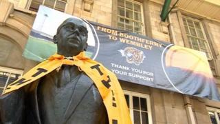 Scarf on Philip Larkin statue