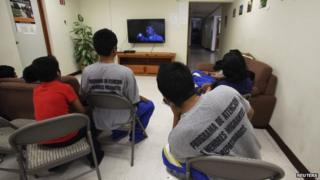 Children watch television at a shelter in Mexico for underage migrants and repatriated minors. 27/05/2014