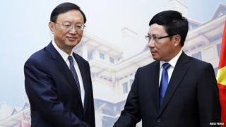 Chinese diplomat Yang Jiechi (L) met Vietnamese Foreign Minister Pham Binh Minh on Wednesday