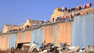 Rioters on roof of Cascavel prison, 15 Aug 14
