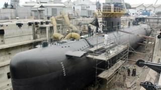 Pakistani navy personnel give final touches to the third Agosta 90 B Submarine named as Hamza at Pakistan Navy Dockyard in Karachi, 10 July 2006.
