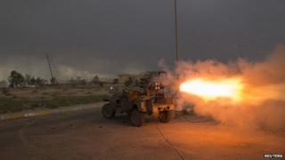 Shia militiamen fire rockets at Islamic State positions near Tikrit (3 March 2015)
