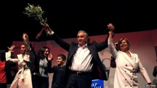 Mustafa Akinci and his wife Meral Akinci celebrate their election victory in Nicosia (26 April 2015)