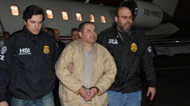 Joaquín Guzmán escoltado por la policía en el aeropuerto de Long Island MacArthur en Nueva York - 19 de enero