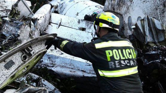 Bombeiro examina os destroços do voo da LanMia
