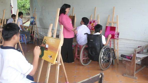 Nghệ sĩ Kim Cương tới thăm Trung tâm dạy nghệ cho người khuyết tật