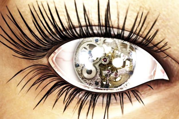 女性瞳仁機械鐘圖案