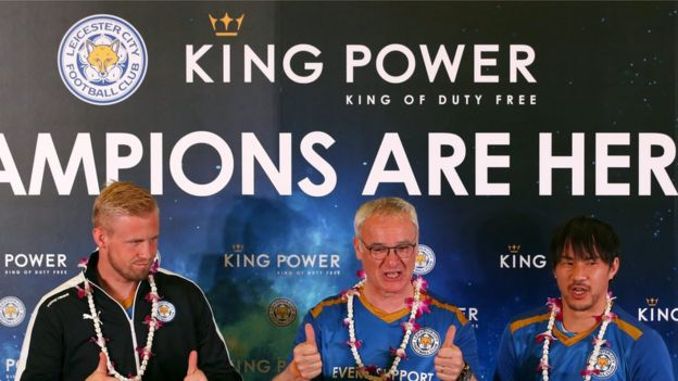 From left: player Kasper Schmeichel, manager Claudio Ranieri, and player Shinji Okazaki at Bangkok's airport (May 18 2016).