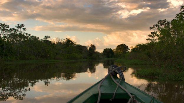 Barco em rio da Amazônia