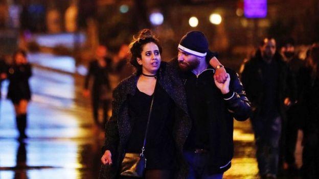 Una pareja abandona el lugar donde se produjo el ataque contra el centro nocturno en Estambul.