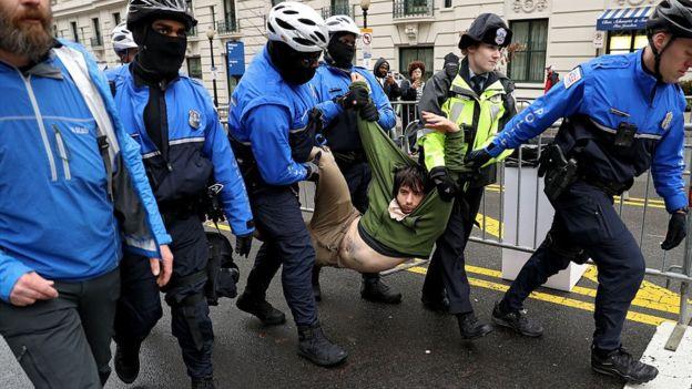 Protestocuyu sürükleyen polis