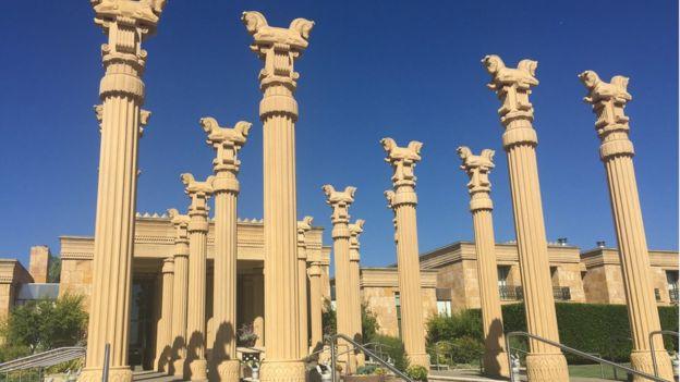 Napa Vadisi'ndeki Darioush bağının girişindeki Fars stili sütunlar