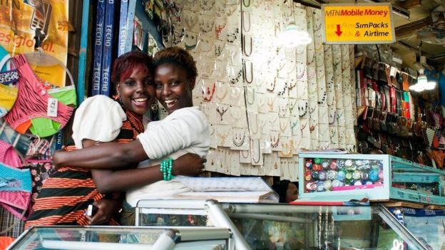 Dos mujeres abrazándose y sonriendo en Uganda