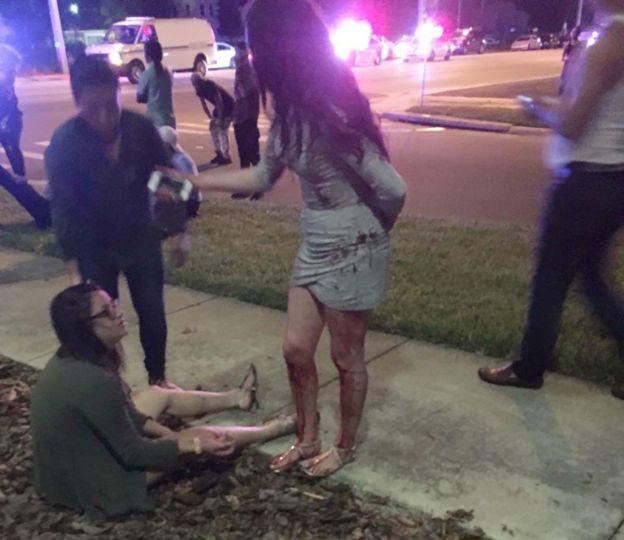 Asistentes a Pulse siendo atendidos luego de la balacera