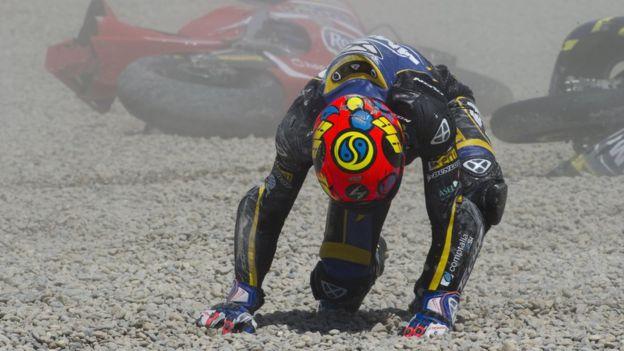 Un piloto de Moto3 se recupera tras un caída.