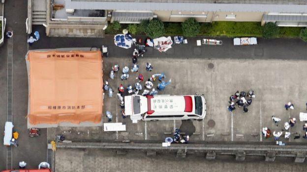 Imagem mostra resgate de vítimas após ataque em centro para idosos no Japão