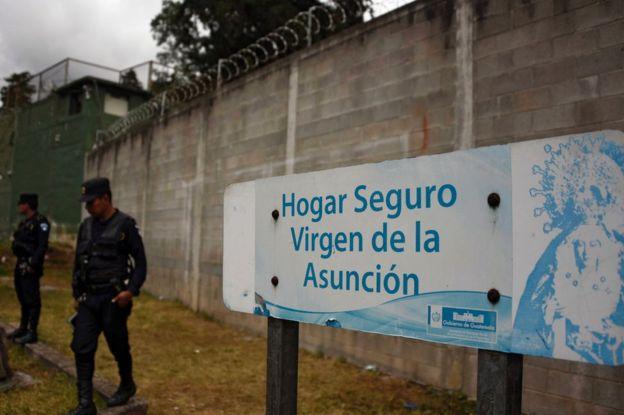 Policías custodian el Hogar Seguro Virgen de la Asunción de Guatemala el 8 de marzo