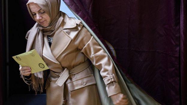 1 Kasım seçimlerinde bir kadın oy kullanıyor
