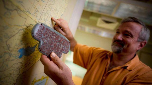 Geoffrey Braswell con una réplica del colgante
