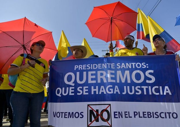 Manifestantes opositores al acuerdo de paz con las FARC.