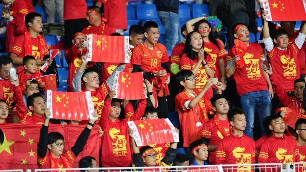 Fãs assistem a jogo entre China e Catar em novembro de 2016