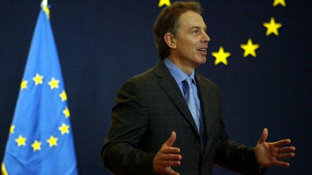 Тони Блеэр на фоне флага ЕС