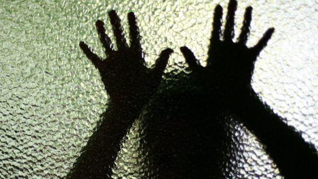 Mãos de uma criança em um vidro