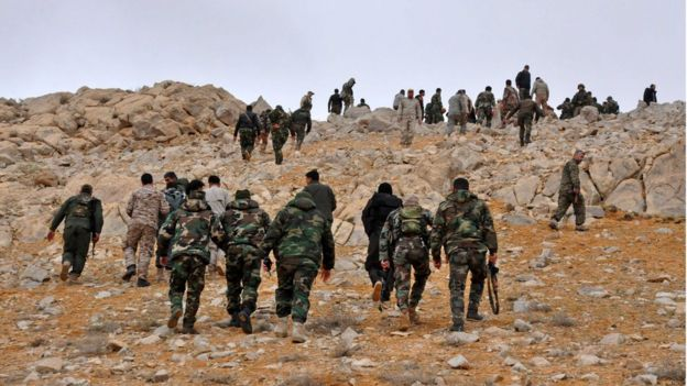 Syrian forces take up positions during fighting against Islamic State militants in the ancient city of Palmyra (02 March 2017)