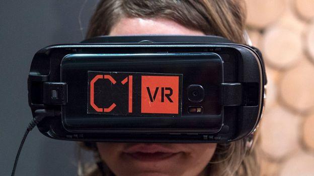Chica con equipo de realidad virtual