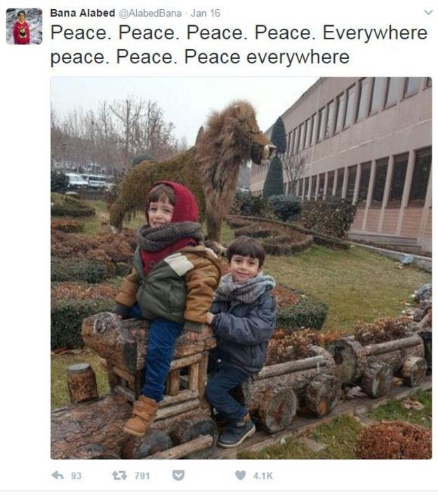 トルコに避難したアラベドさんのツイッターアカウントに投稿された2人の弟たちの写真。添えられた言葉は、「平和、平和、平和、どこだって」