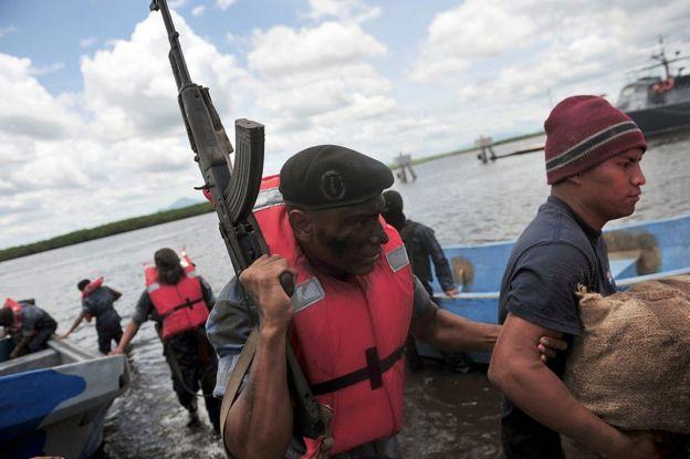 Agentes de las fuerzas especiales contra el tráfico de dogras durantes un operativo en Puerto Corinto, Nicaragua.