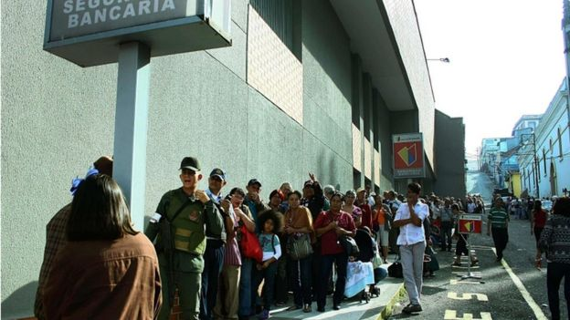 Queue outside a Venezuelan bank