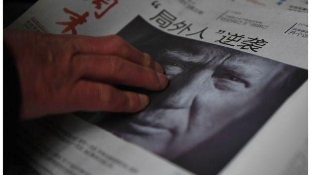 Diario chino con la foto de Donald Trump.