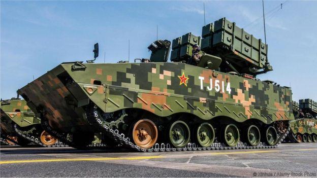 Veículo militar com camuflagem quadrada