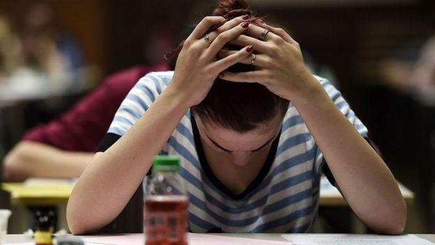 Sınavdaki kız öğrenci