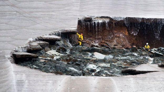 Trabajadores inspeccionan los daños causados por la erosión en el desagüe de emergencia de la represa de Oroville.