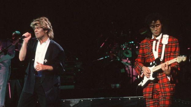 George Michael (izq.) y Andrew Ridgeley, durante el concierto en el Estadio del Pueblo en Pekín, 7 de abril de 1985.