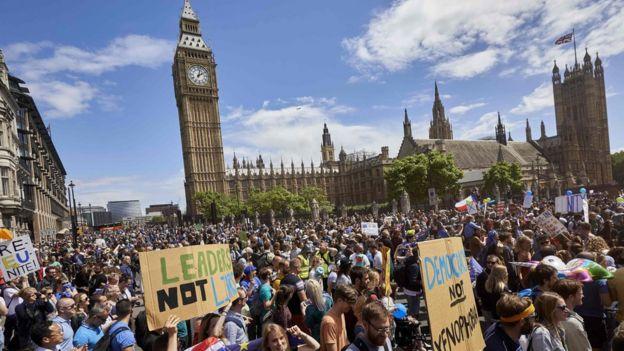 Miles de manifestantes frente al Parlamento en Londres