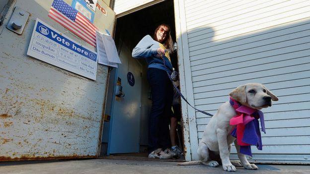 Tracy Blumenthal, espera para votar con su perro Roxy en Los Ángeles, California, en 2012.