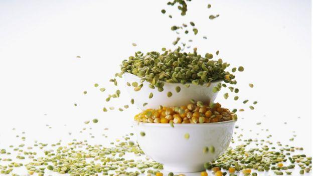 Tazones rebosantes de lentejas y maíz.