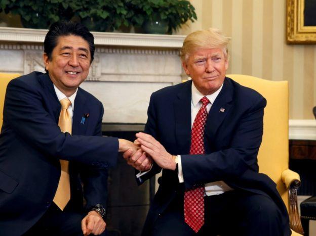 Abe y Trump se elogiaron mutuamente ante los medios.