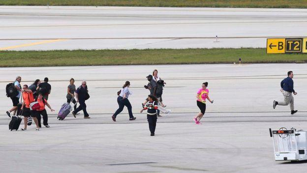 Gente corriendo en la pista de aterrizaje