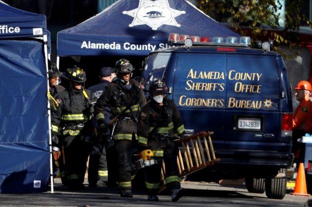 Bomberos en el incendio de Oakland.
