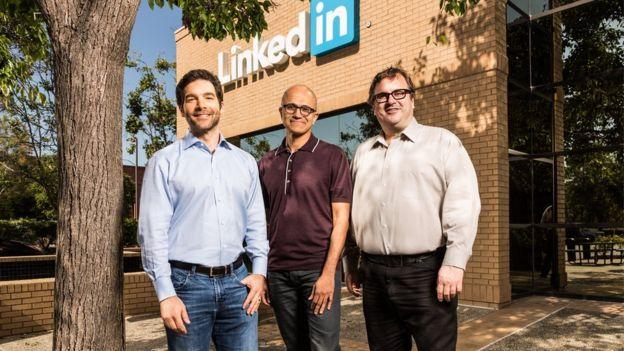 El director ejecutivo de LinkedIn, Jeff Weiner; el jefe de Microsoft, Satya Nadella; y el presidente de LinkedIn, Reid Hoffman.