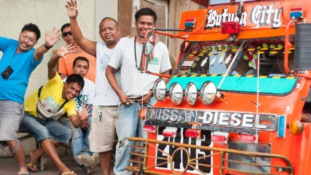Un grupo de filipinos saluda a la cámara