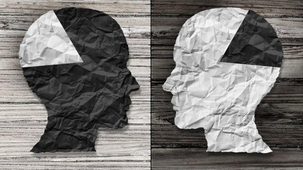 Dos rostros de papel en blanco y negro