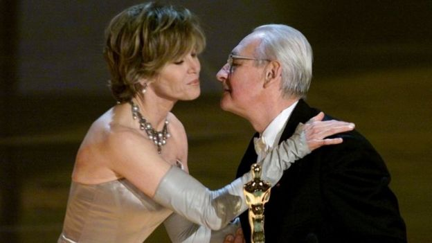 Andrzej Wajda receives his honorary Oscar from Jane Fonda. Photo: March 2000