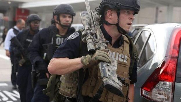 الشرطه الأمريكيه تستجوب المشتبه المطار