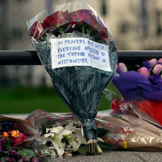 Tributo floral a las víctimas del ataque.